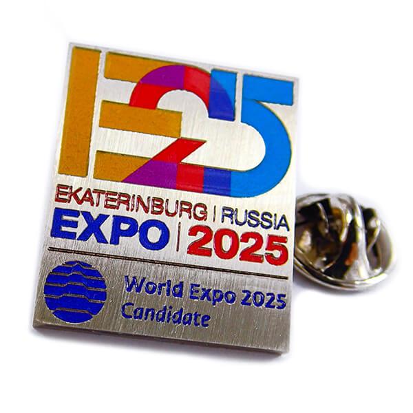 Значек: Expo 2025 травление, полноцветная покраска (без рантов между эмалями), глянцевый лак, брашированный нейзильбер