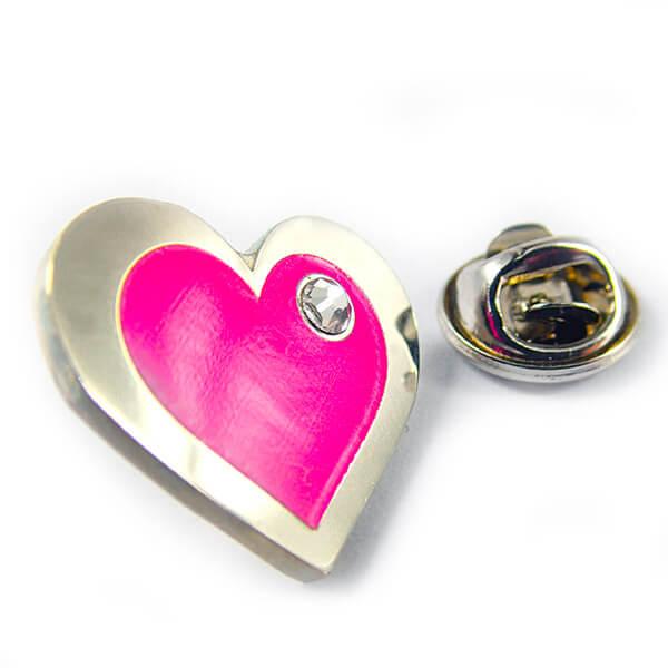 Значек: Сердце v2. Полноцветная покраска (градиентная заливка). Вклейка стразы. Полированный нейзильбер.